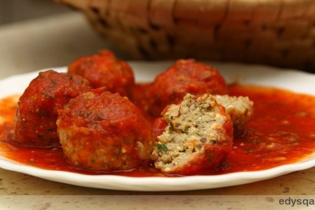 Pulpety z kaszy jęczmiennej w sosie pomidorowym
