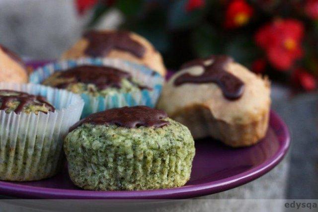 Wegańskie babeczki – zielone a'la bounty oraz ze skórką pomarańczową i powidłami