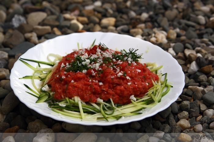 Makaron z cukinii z sosem pomidorowym – raw