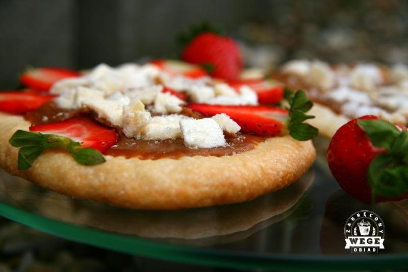 Mazurek z solonym karmelem, bezami i truskawkami