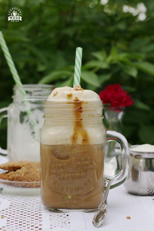 mrożona kawa z mlekiem i pianką