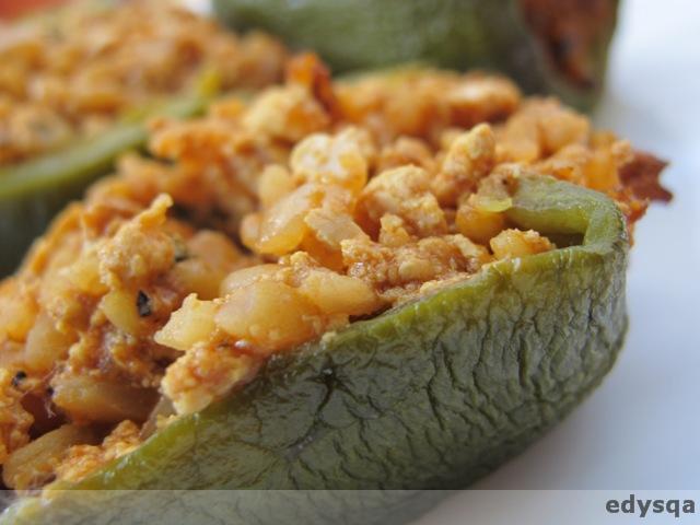 Zielona papryka nadziewana tofu i ryżem