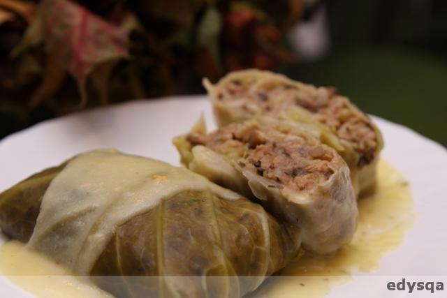 Gołąbki z kapusty włoskiej w sosie chrzanowym