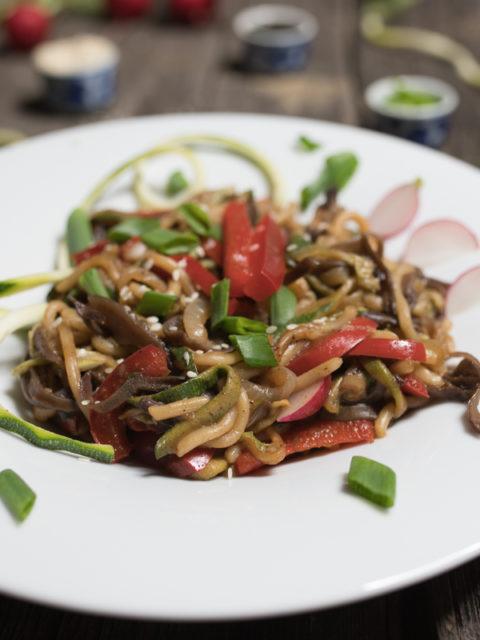 Szybki makaron ramen z warzywami