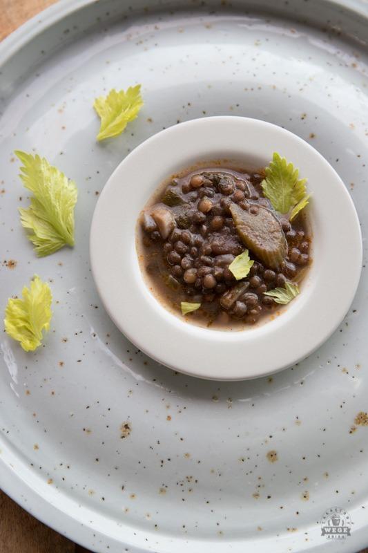 zupa z czarnej soczewicy z selerem naciowym