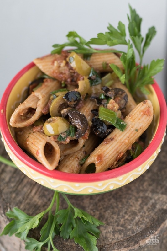 Makaron pełnoziarnisty z oliwkami i suszonymi pomidorami